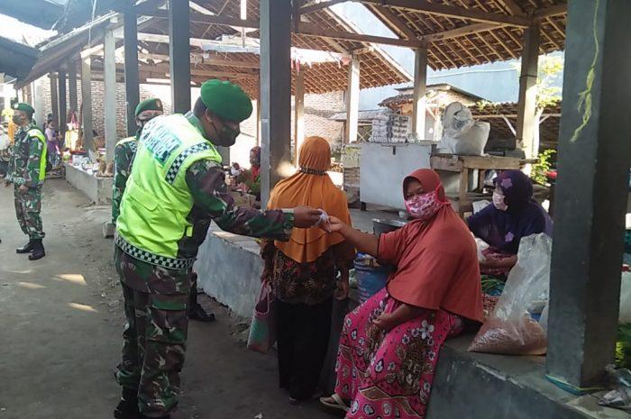 Tekan Penyebaran Covid 19, Anggota Koramil Tipe B 0804/13 Bendo Bagikan Masker Kepada Pengunjung Pasar Bendo.